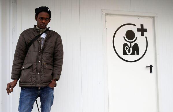 Uchodźca czeka na badanie lekarskie w Paryżu - Sputnik Polska