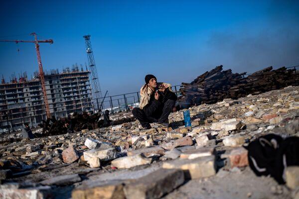 Uchodźca goli się przy tymczasowym schronieniu w opuszczonym magazynie w Belgradzie - Sputnik Polska
