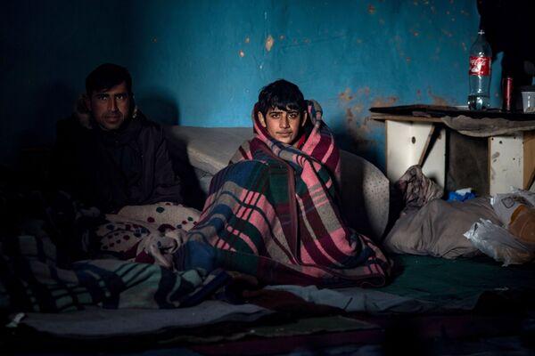 Tymczasowe schronienie dla uchodźców w opuszczonym magazynie w Belgradzie - Sputnik Polska