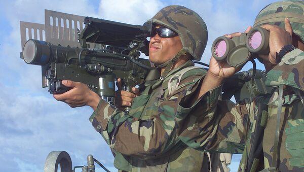 Amerykański żołnierz piechoty morskiej z przenośną wyrzutnią rakietową Stinger - Sputnik Polska