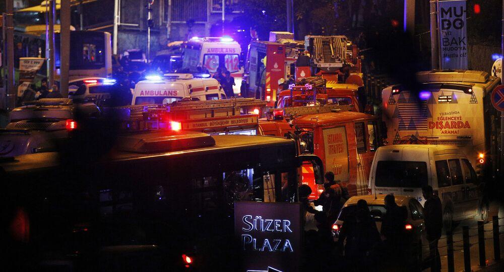 Ratownicy i karetki pogotowia na miejscu zamachu w pobliżu stadionu w Stambule