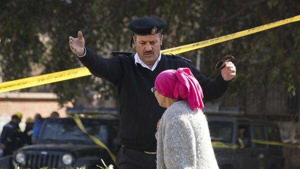 Policjant i kobieta na miejscu wybuchu w Kairze - Sputnik Polska