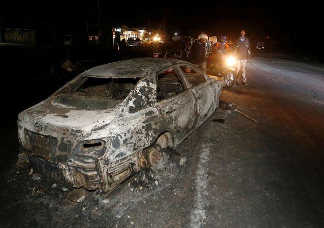 Samochód, który spłonął w wyniku wypadku w Kenii