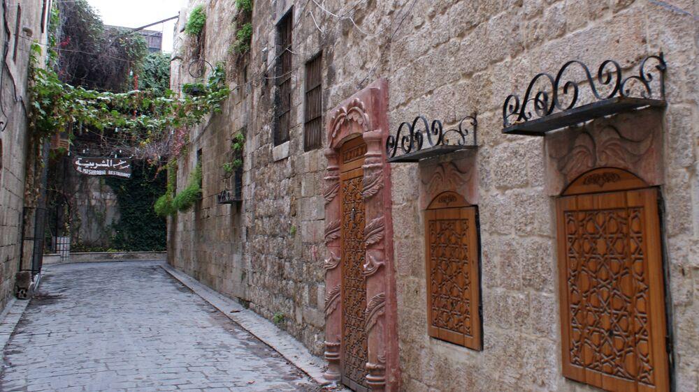 Przy wejściu do restauracji Al Mashrabia w starej części Aleppo w 2009 roku