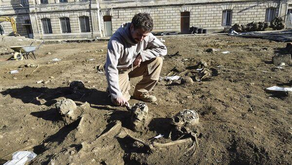 Archeolog na miejscu starożytnej nekropolii w Bordeaux - Sputnik Polska
