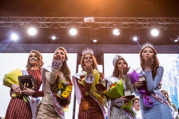 Uczestniczki podczas ceremonii wręczenia nagród XXII Narodowego Festiwalu Urody i Talentów Piękności Rosji-2016 w Moskwie - Sputnik Polska