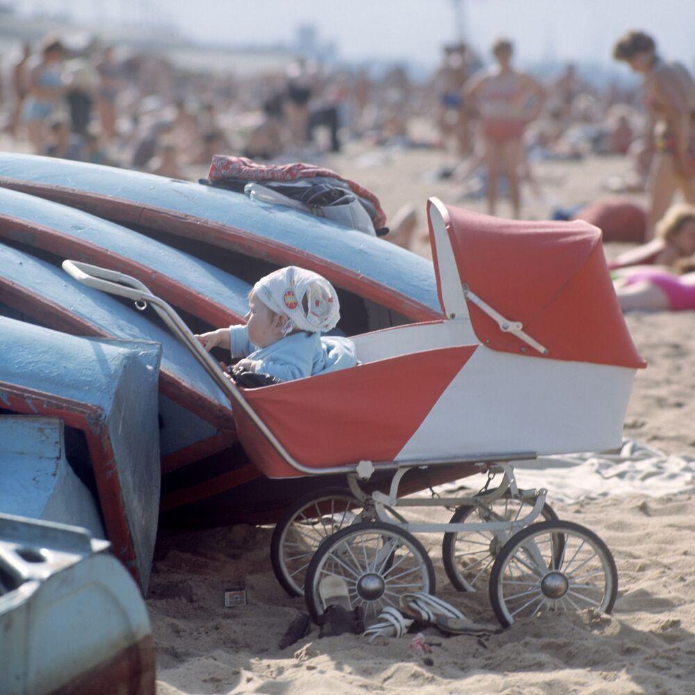 Plaża miejska na brzegu Wołgi w mieście Gorki (obecnie Niżny Nowogród), 1970 rok