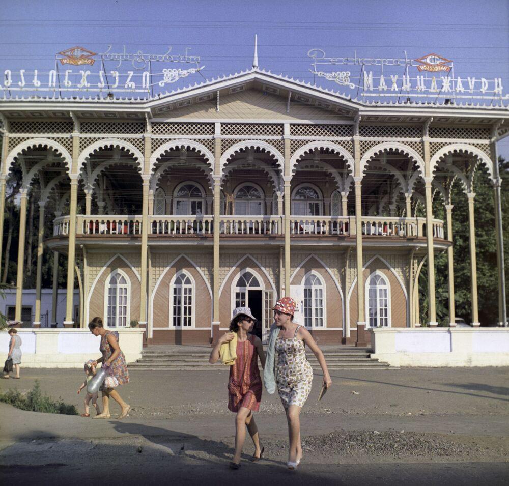 """Widok na restaurację """"Machindżauri"""" w Batumi, 1971 rok"""