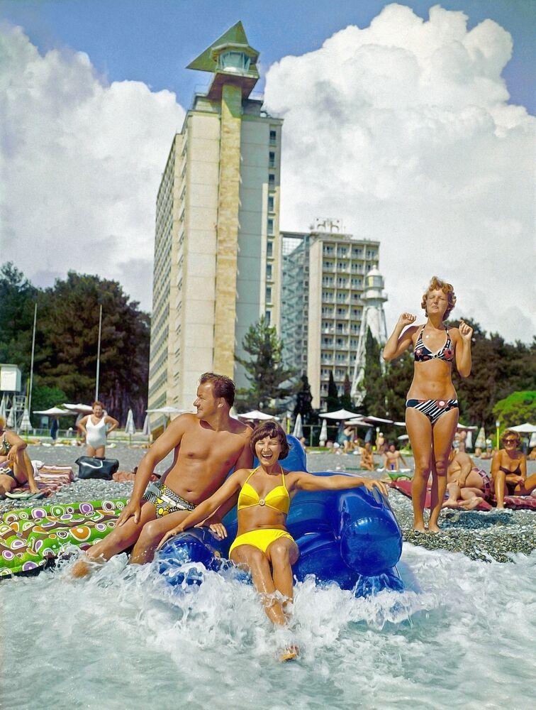 Wczasowicze na plaży pensjonatu w Picundzie, 1982 rok