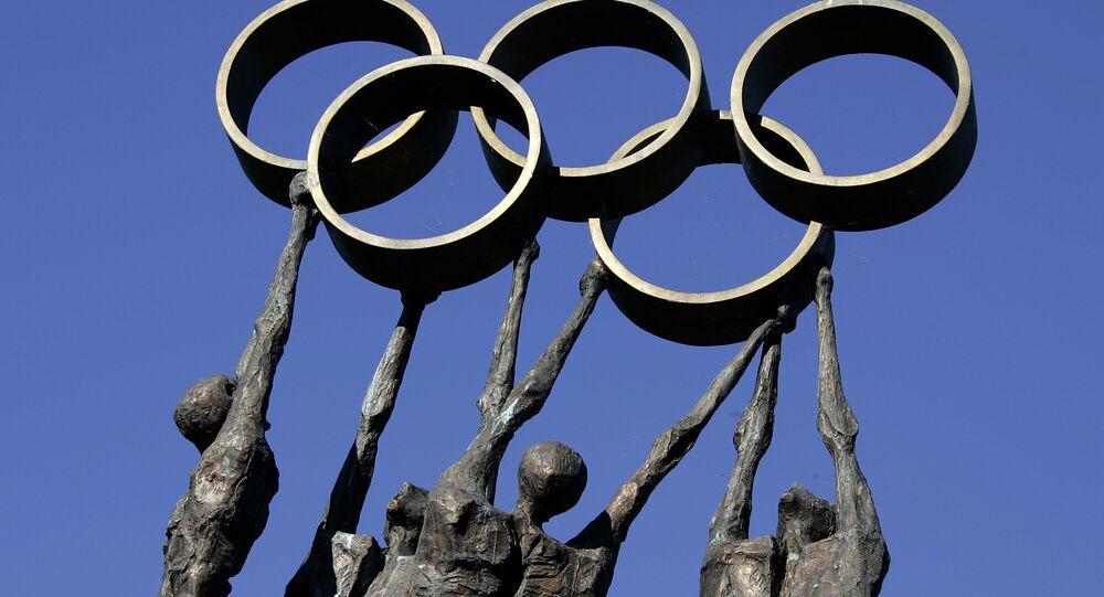 Rzeźba reprezentująca ludzi niosących pierścienie olimpijskie przed siedzibą Międzynarodowego Komitetu Olimpijskiego (MKOl) w Lozannie