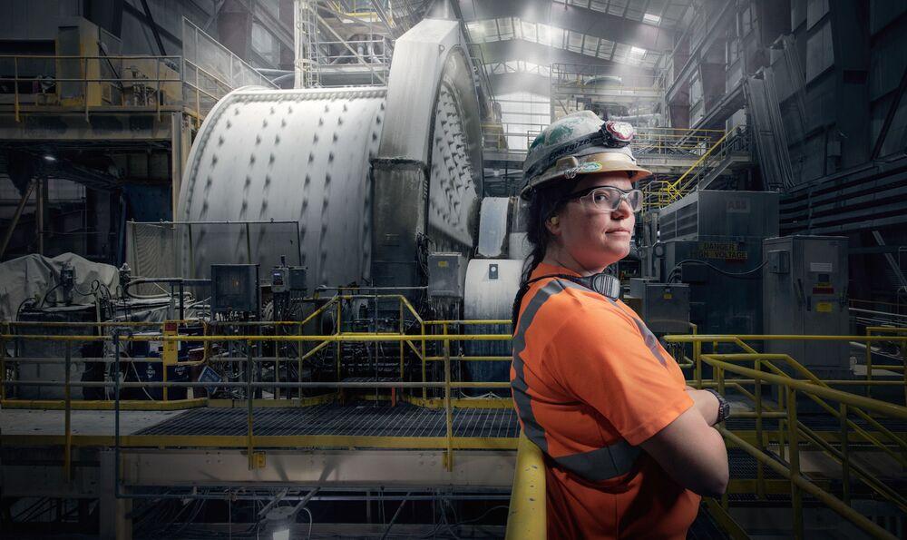 Kobieta pracująca jako operator zakładu w Nevadzie