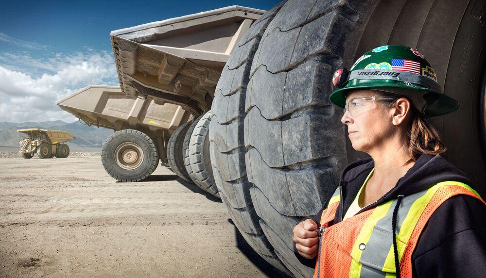 Kobieta pracująca jako kierowca wywrotki na terenie kopalni złota w Nevadzie