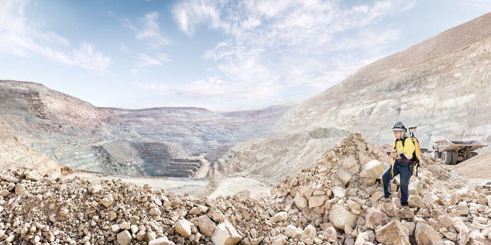 Kobieta pracująca jako geolog na kopalni złota w w Nevadzie