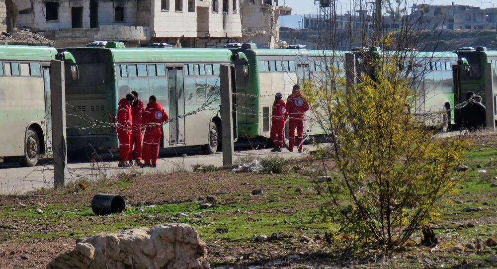 Autobusy przygotowane do wywozu terrorystów i ich rodzin w kwartale Salaheddin w południowo-zachodnim Aleppo