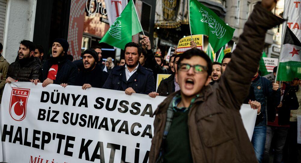 Tłum protestujących tureckich aktywistów