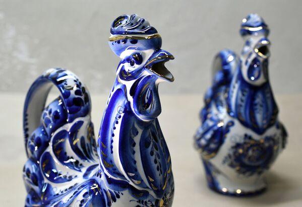Jednak niebieski kolor był późniejszym wynalazkiem fabryki w Gżelu, a na początku produkcja wyróżniała się różnorodnością wykorzystywanych kolorów. - Sputnik Polska