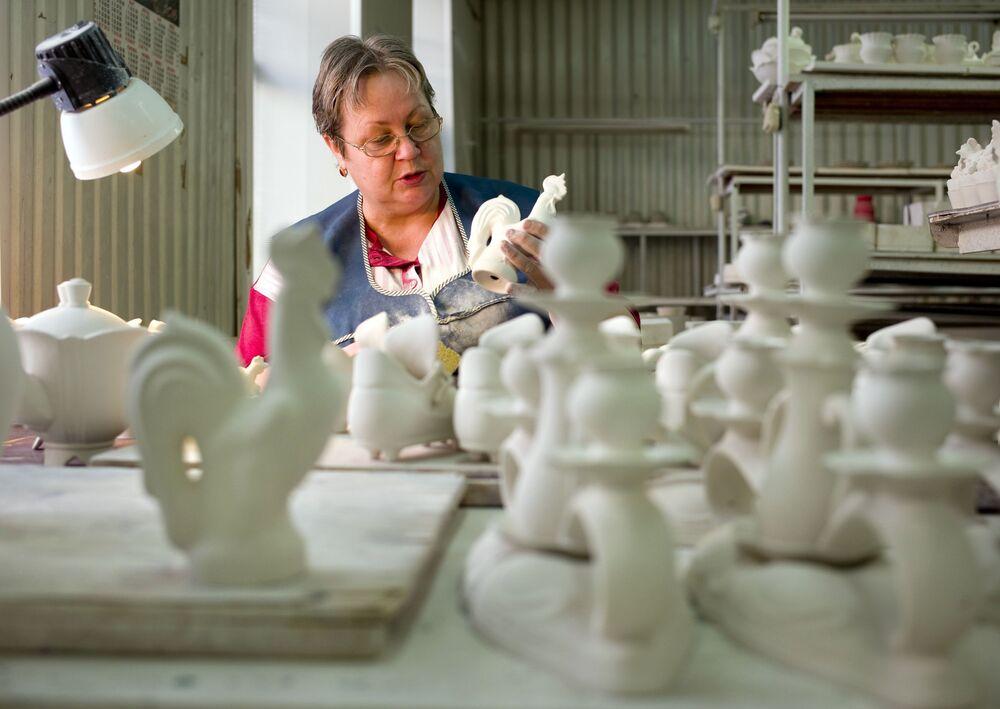 Stary Gżel słynął ze swoich glin od dawna. Około 1800 roku we wsi Wołodino w ujeździe bronnickim chłopi, bracia Kulikowie, wynaleźli skład białej masy fajansowej. W tym samym miejscu w latach 1800-1804 została założona pierwsza fabryka fajansowa.