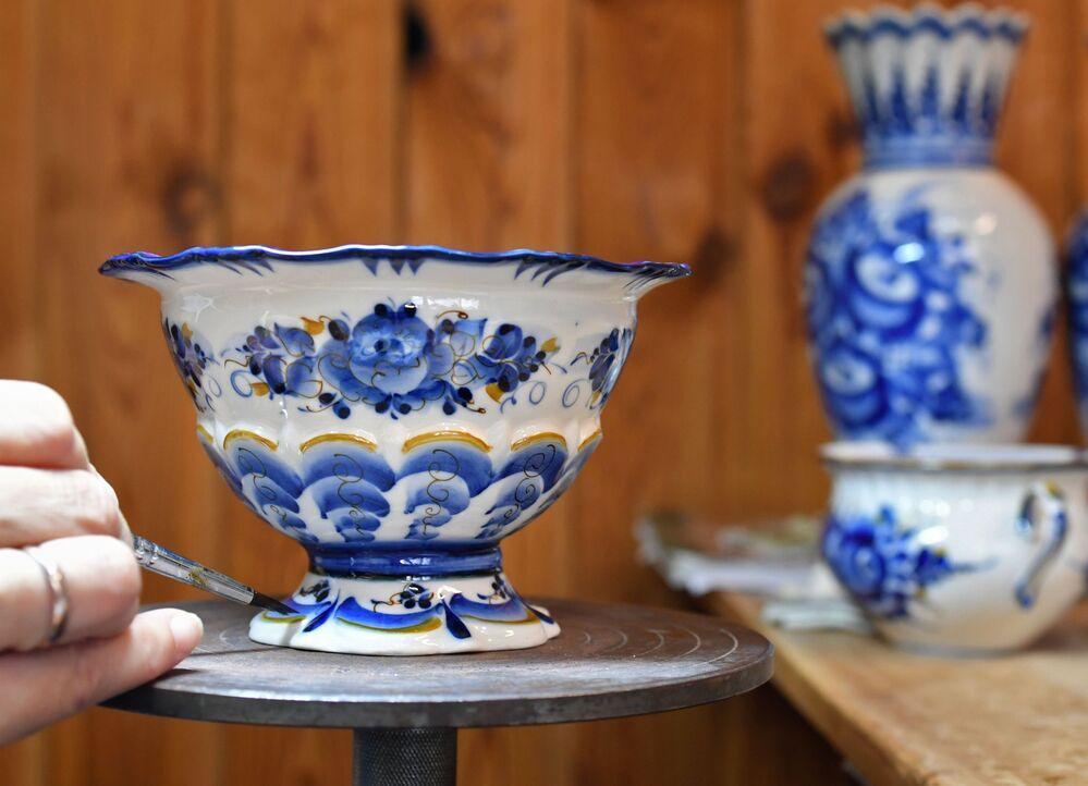 """Jedną z cech szczególnych gżelskiego zdobnictwa jest połączenie tradycyjnej gżelskiej róży  z """"wybielonym rumiankiem""""."""