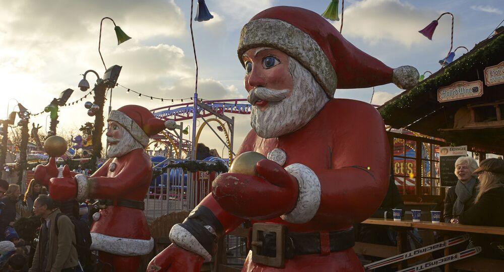 Figury św. Mikołajów w parku rozrywkowym Winter Wonderland w Londynie