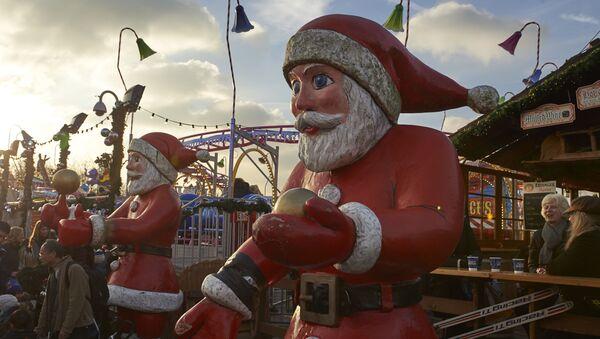 Figury św. Mikołajów w parku rozrywkowym Winter Wonderland w Londynie - Sputnik Polska