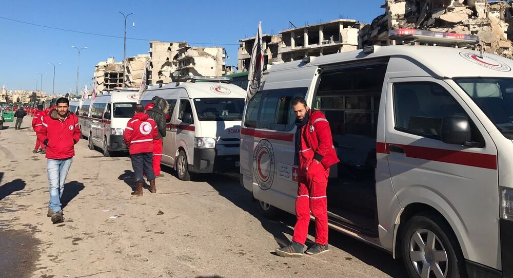 """Personel """"Czerwonego Krzyża i Półksiężyca"""" w oczekiwaniu na wyjście ostatniej grupy terrorystów ze wschodniego Aleppo"""
