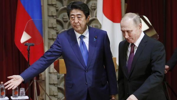 Premier Japonii Shinzo Abe i prezydent Rosji Władimir Putin - Sputnik Polska