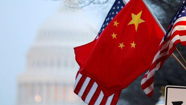 Amerykańska i chińska flaga na tle budynku Kongresu USA - Sputnik Polska