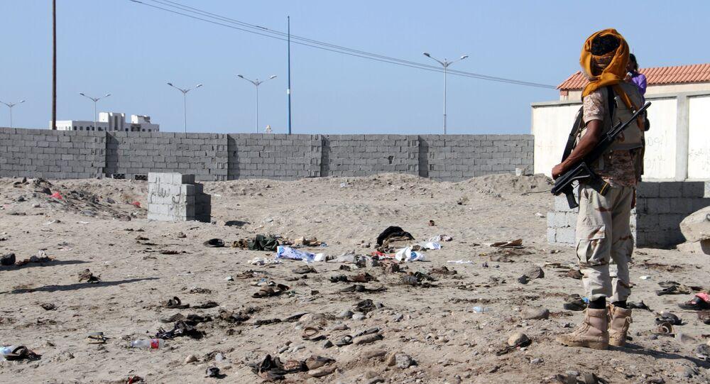 Co najmniej 42 żołnierzy zginęło w samobójczym zamachu bombowym w portowym mieście Aden w południowo-zachodnim Jemenie.