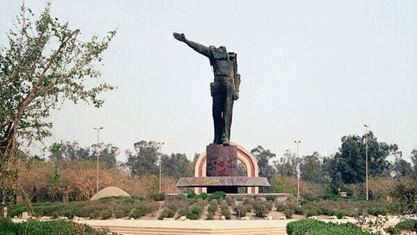 Pozbawiony głowy pomnik Saddama Husajna w centrum Bagdadu - Sputnik Polska