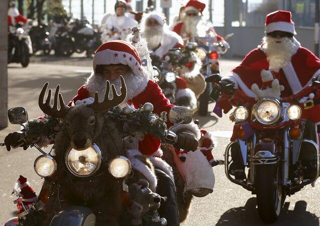 Motocykliści przebrani za Santa Clausów biorą udział w charytatywnym rajdzie w Zurychu