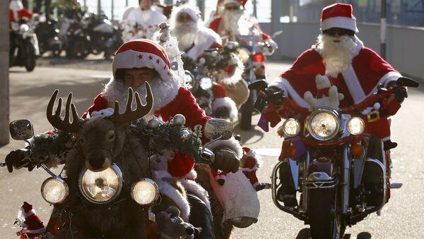 Motocykliści przebrani za Santa Clausów biorą udział w charytatywnym rajdzie w Zurychu - Sputnik Polska