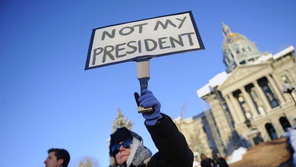 Uczestnik akcji protestacyjnej przeciwko Donaldowi Trumpowi w przeddzień głosowania Kolegium Elektorów - Sputnik Polska