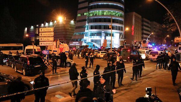 Turecka policja zabezpiecza teren w pobliżu galerii w Ankarze, w której zastrzelono rosyjskiego ambasadora Andreja Karłowa - Sputnik Polska