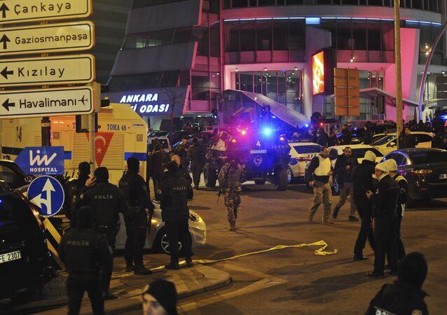 Turecka policja zabezpiecza teren w pobliżu galerii, w której zastrzelono rosyjskiego ambasadora