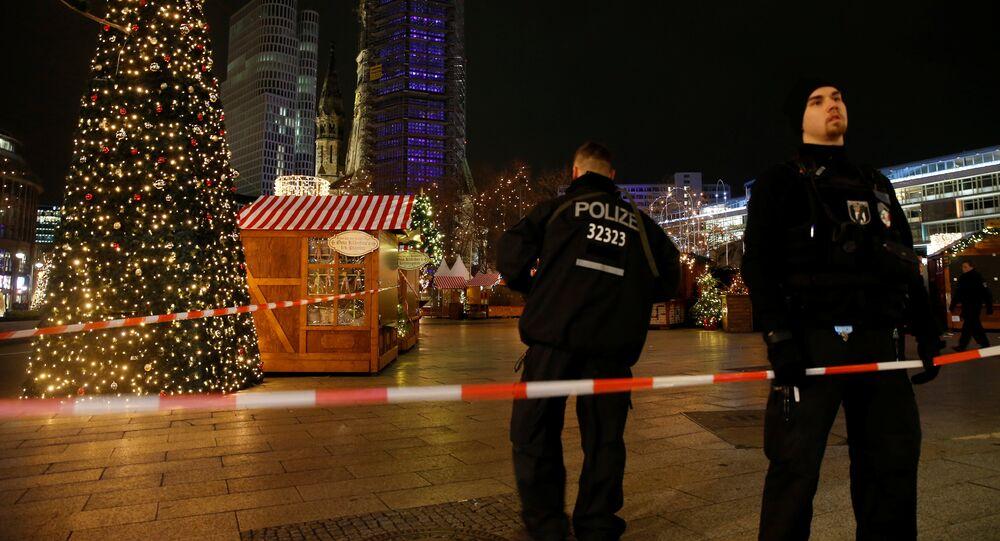 Policja zabezpiecza teren jarmarku świątecznego w Berlinie, gdzie ciężarówka wjechała w tłum ludzi