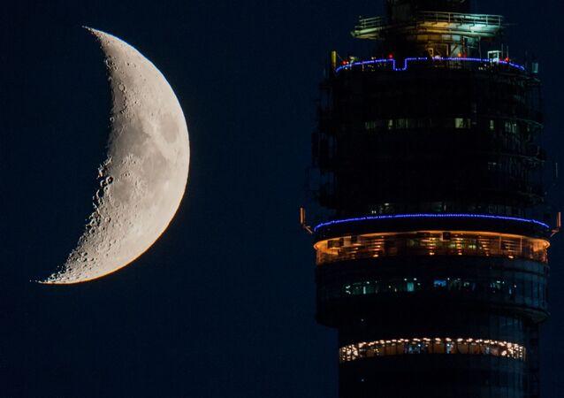 Taras widokowy wieży telewizyjnej Ostankino na tle księżyca