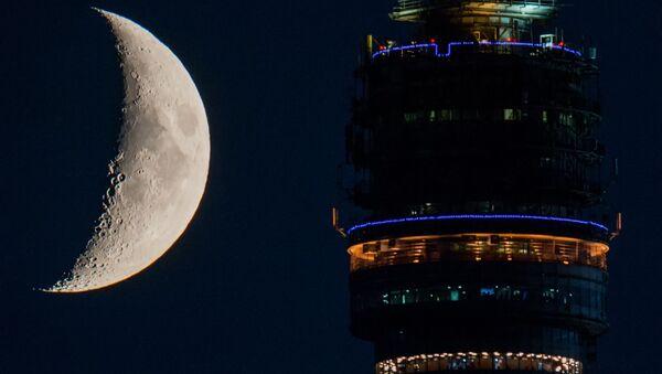 Taras widokowy wieży telewizyjnej Ostankino na tle księżyca - Sputnik Polska