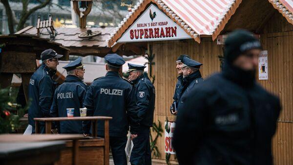 Policja niedaleko miejsca, w którym ciężarówka staranowała jarmark świąteczny w Berlinie - Sputnik Polska