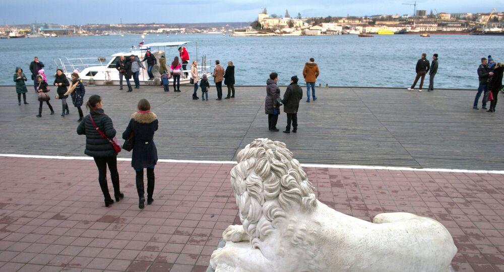 Urlopowicze na molo Grafskaya w Sewastopolu.