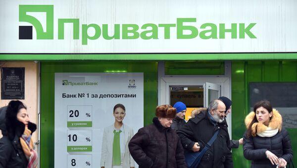 Klienci przy wejściu do biura Privatbanku w Kijowie - Sputnik Polska