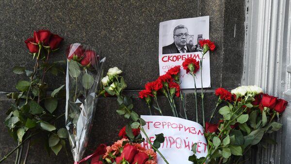 Kwiaty pod budynkiem MSZ Rosji w związku ze śmiercią ambasadora Rosji w Turcji A. Karłowa - Sputnik Polska