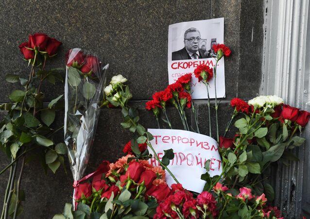Kwiaty pod budynkiem MSZ Rosji w związku ze śmiercią ambasadora Rosji w Turcji A. Karłowa