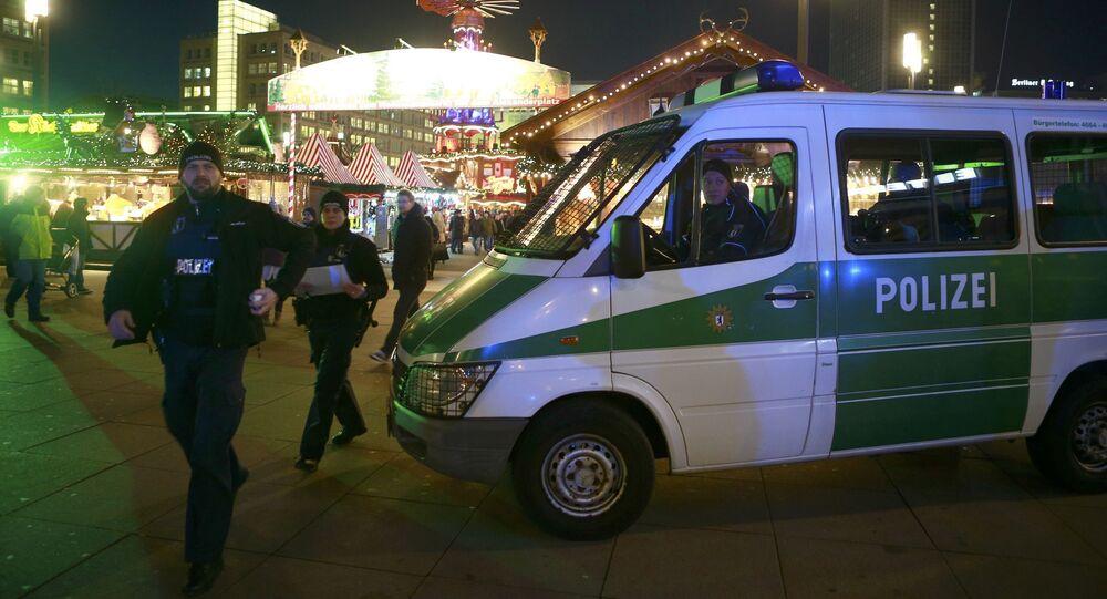 Niemieccy policjanci przy jarmarku bożonarodzeniowym w Berlinie