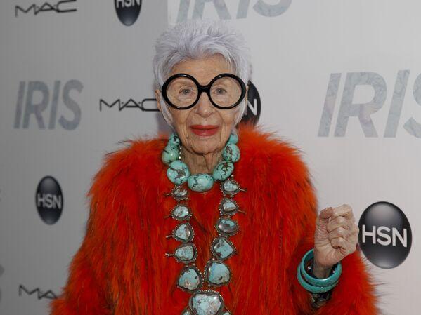 95-letnia amerykańska modelka i projektantka Iris Apfel słynie ze swojego niezwykłego gustu i zamiłowania do rzadkich kolekcyjnych przedmiotów. Chętnie łączy w swoim stylu akcesoria elitarne, budżetowe i vintage. - Sputnik Polska