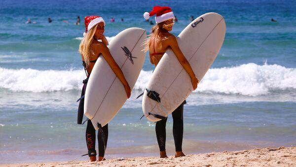 Niemieckie turystki w bożonarodzeniowych czapkach na plaży w Australii - Sputnik Polska