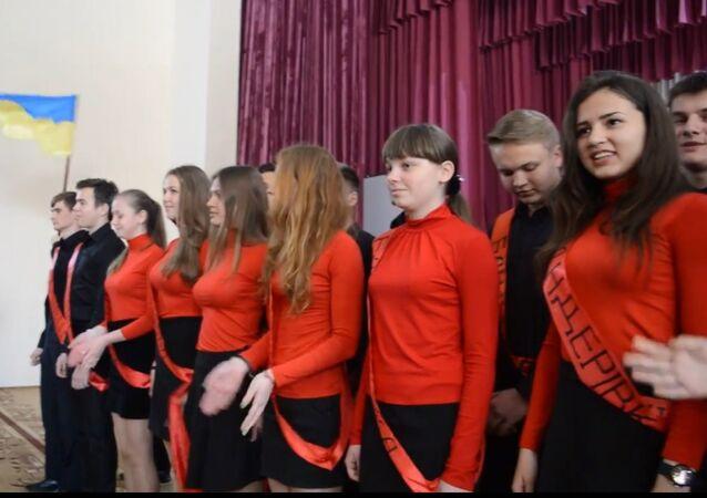 """Ukraińscy licealiści śpiewają piosenkę """"Ja, Banderowiec!"""""""