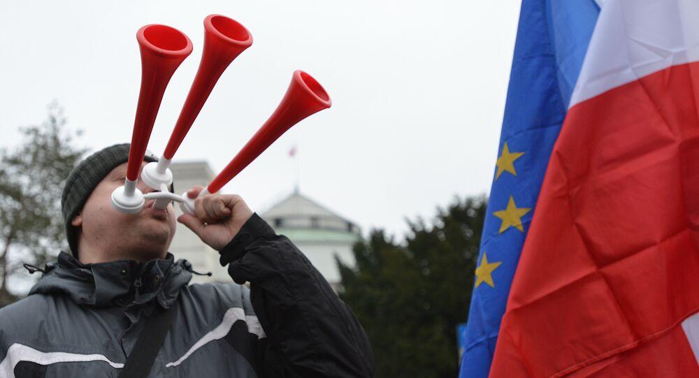 Przed budynkiem Sejmu zgromadziło się kilkadziesiąt osób