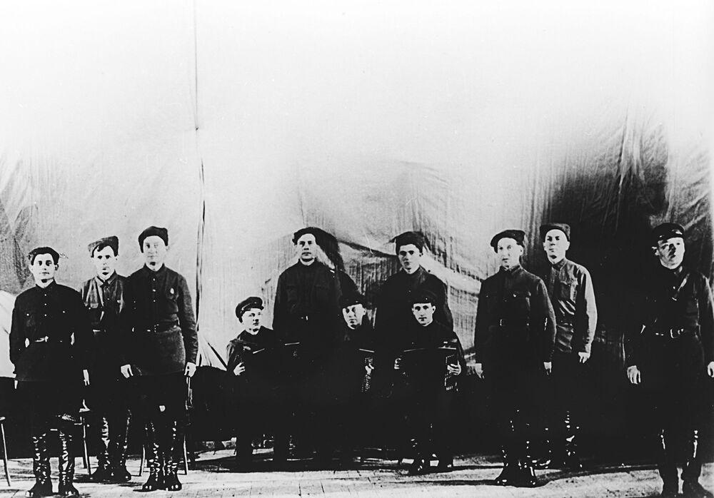 """Za dzień """"narodzin"""" zespołu uznawany jest 12 października 1928 roku, dzień, w którym zespół, składający się pierwotnie z 12 osób, dał swój pierwszy koncert w Centralnym Domu Armii Czerwonej."""