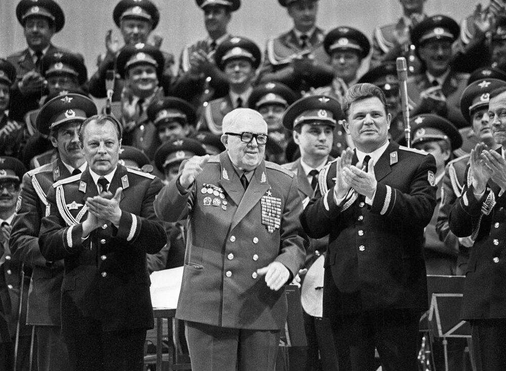 W pierwszych dniach Wielkiej Wojny Ojczyźnianej zespół został podzielny na cztery grupy wysyłane z występami do czerwonoarmistów walczących na różnych frontach. Nierzadko zespół dawał występy w pełnym składzie.