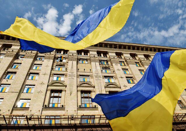 Ukraińskie flagi przy budynku administracji miasta Kijowa